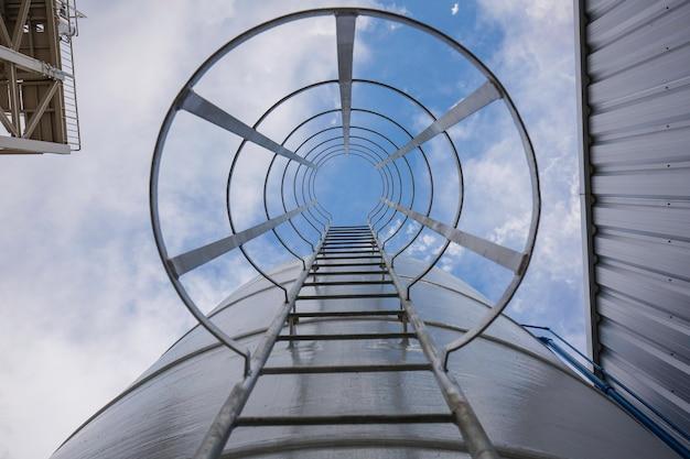 Piattaforma di lavoro con scala in metallo, fino alla nave cisterna per lo stoccaggio del petrolio greggio