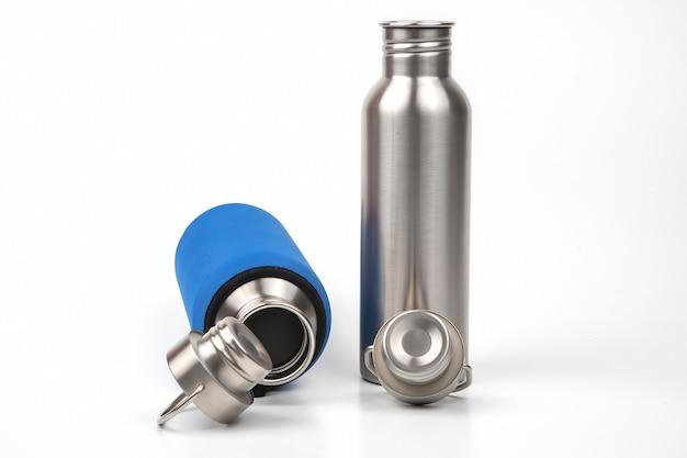 Boccette d'acqua in acciaio metallo su sfondo bianco. utensili per bere in metallo