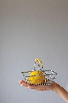 Cestino portavivande da supermercato in metallo con limone