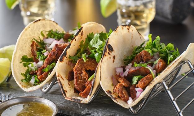 Porta taco in metallo con tre street-tacos messicani di carne asada