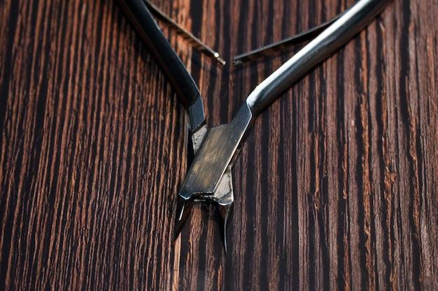 Pinze di metallo su uno sfondo di legno