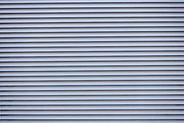Ventilazione metallica. cinghie grigie orizzontali. foto di alta qualità