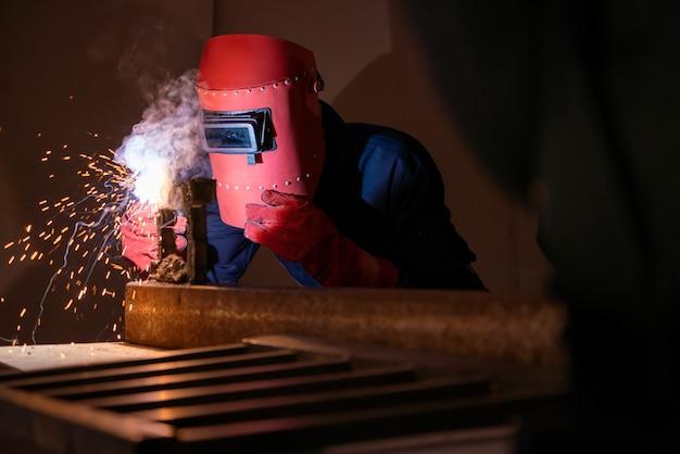 Lavori in acciaio per la saldatura dei metalli mediante saldatrice ad arco elettrico