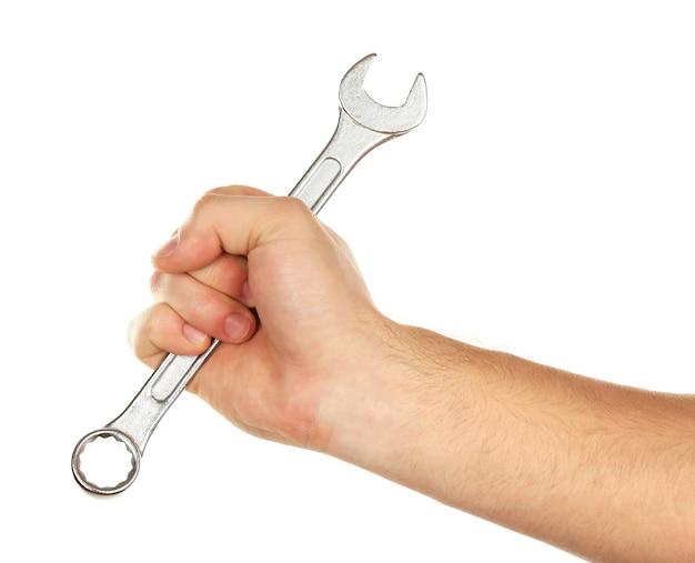 Chiave metallica in mano maschio isolata su bianco