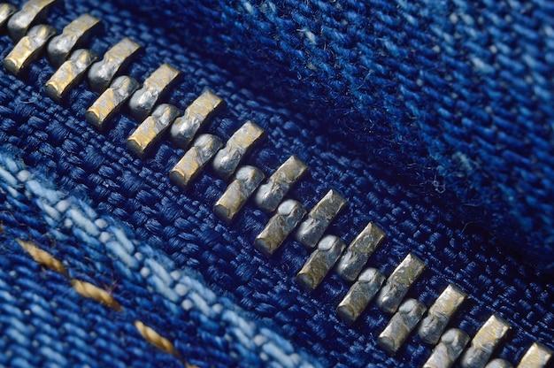 Cerniera in metallo sui jeans blu. macro