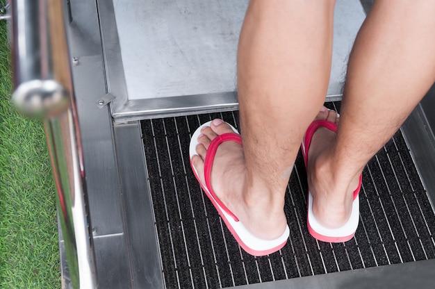Il pulitore automatico metallico della suola delle scarpe viene utilizzato per le transizioni per la pulizia in luoghi urbani.