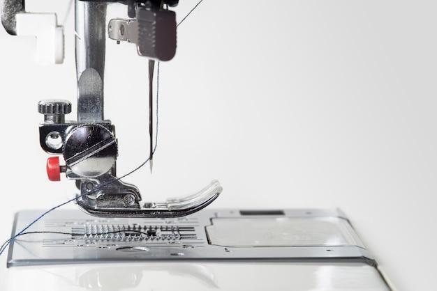 Piedino metallico per macchina da cucire. foto macro luce studio