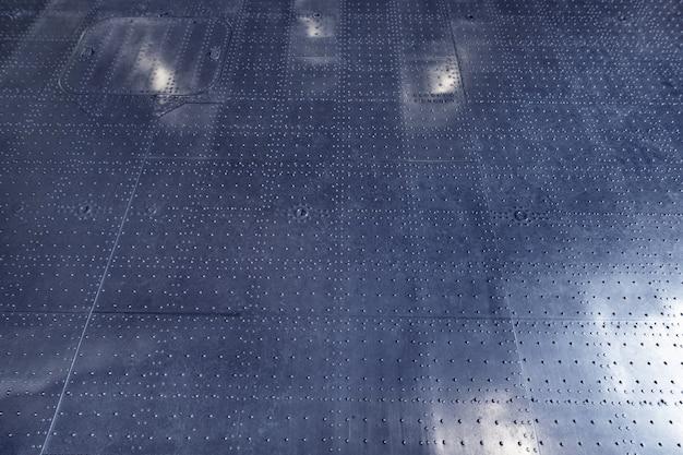 Pavimento in argento metallizzato con riflessi di lanterne.