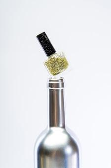 Acciaio metallizzato o colore dorato. design vintage e retrò. ricchezza e ricchezza. arredamento antico metallizzato. arte del manicure. manicure metallizzata glamour. isolato su bianco. smalto per unghie argento. salone di bellezza.