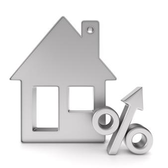 Casa e percentuale di gingillo metallico. isolato, rendering 3d