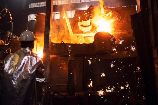 Impianto metallurgico e colata di ghisa liquida a caldo.
