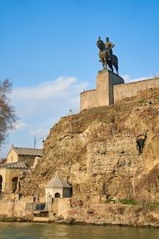 Chiesa di metekhi e la statua equestre del re vakhtang gorgasali a tbilisi. tbilisi, georgia - 17.03.2021
