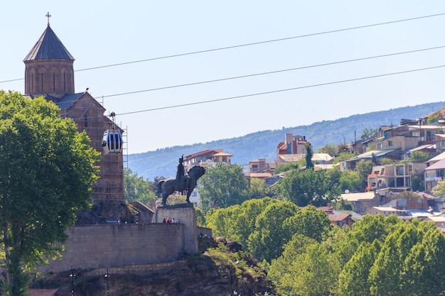 Chiesa di metekhi e monumento al re vakhtang gorgasali sulla roccia sopra il fiume kura a tbilisi, georgia