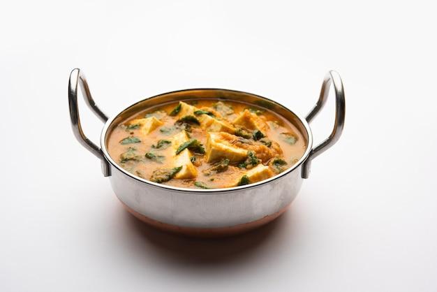Methi paneer sabzi o ricotta in stile indiano con foglie di fieno greco ricetta al curry. servito in una ciotola o karahi