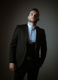 Metrosexual. uomo elegante in tuta. uomo moderno in abito normale. ambizione e individualità, successo.