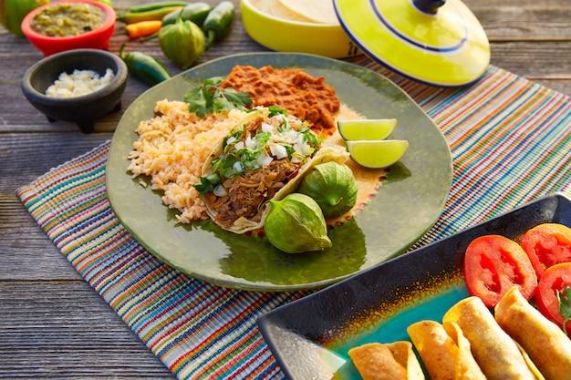Tacos messicani di carnitas con salsa e ingredienti alimentari del messico