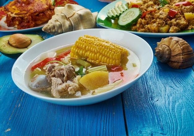 Cucina messicana, caldo de res, zuppa di manzo messicana, piatti tradizionali assortiti, vista dall'alto.