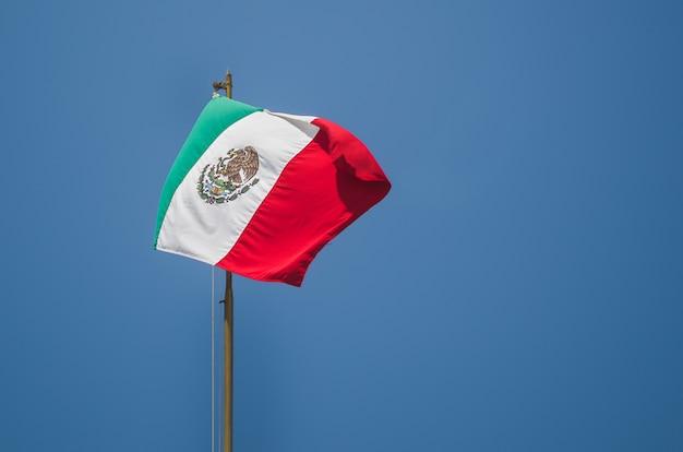 Bandiera messicana con cielo blu