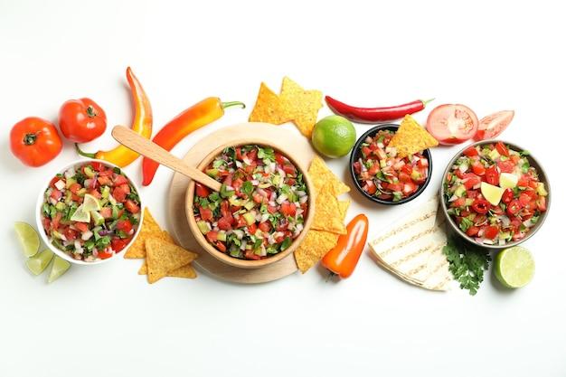 Concetto di cibo messicano con pico de gallo su sfondo bianco