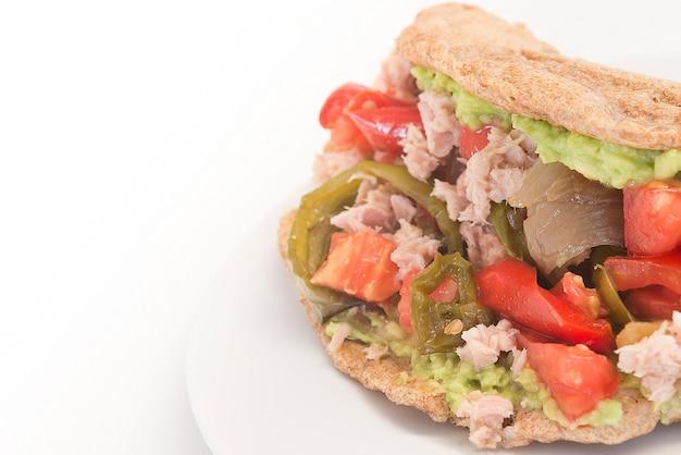 Fajita integrale di cibo messicano con tonno pepe pomodoro e avocado piatto tradizionale del messico