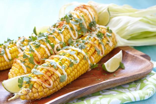 Pannocchie di mais alla griglia calde messicane elote