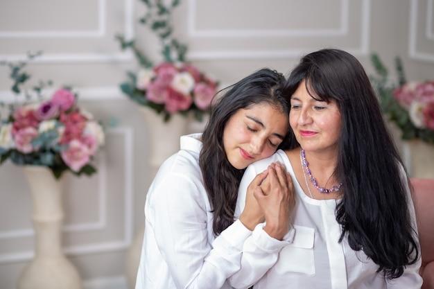 Madre messicana e figlia che si abbracciano per la festa della mamma