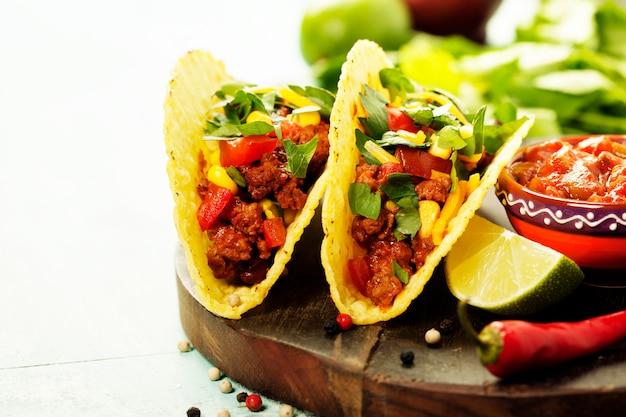 Nachos messicani patatine e tacos con carne, fagioli e salsa