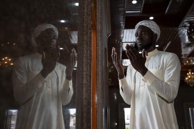 Nazionalità messicana uomini musulmani prega in una moschea per pregare allah.