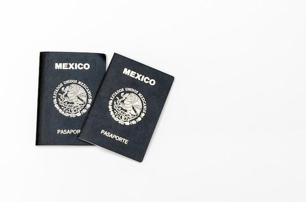 Passaporti messicani isolati su sfondo bianco