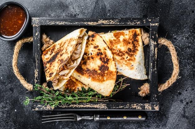 Quesadilla messicana con pollo, pomodoro, mais e formaggio.