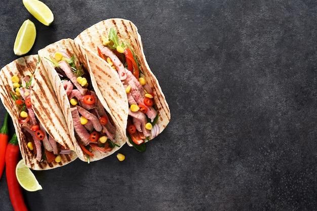 Tacos messicani con faraona, pepe e mais. piatto messicano tradizionale.