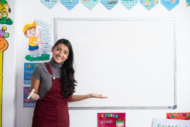Giovane insegnante messicana in classe