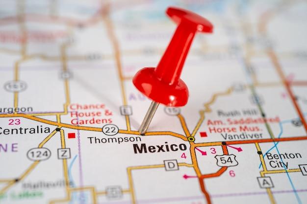 Mappa stradale di messico, stati uniti d'america con puntina da disegno rossa.