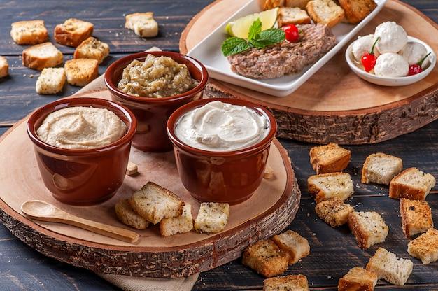 Meze è un set di antipasti orientali serviti in piccole ciotole con babaganush, ricotta, hummus e kibbeh