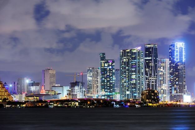 Notte di miami. quartiere degli affari di miami, luci e riflessi delle luci della città.