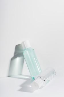 Acqua micellare per la rimozione del trucco in flaconi trasparenti