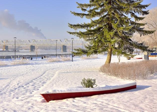 Lungomare di michaels in inverno barca decorativa e pino tra il ponte ferroviario di cumuli di neve