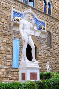 Replica della statua del david di michelangelo che conversa con un piccione. firenze, italia