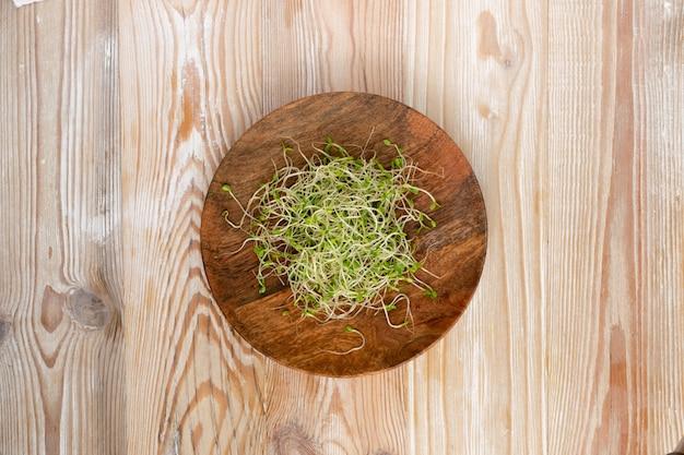 Germogli micrigreen su uno sfondo di legno