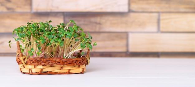 Micro verdi cresciuti nel cesto sul tavolo della cucina con spazio per il testo.