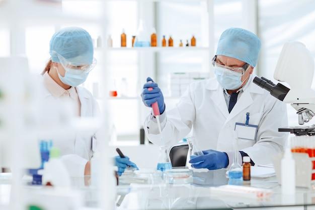 Gli scienziati di microbiologia stanno lavorando alla creazione di un nuovo vaccino