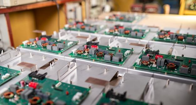 Microcircuiti e componenti giacciono su piastre metalliche durante la produzione