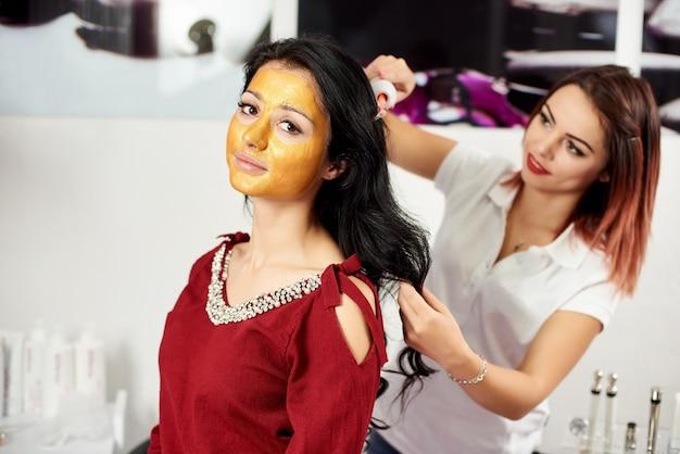 Terapia microcorrente sui capelli nel salone di bellezza