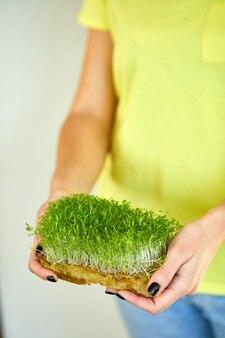 Microgreen in mani femminili