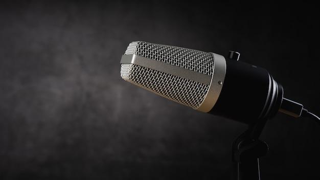 Microfono per registrazione audio o concetto podcast, microfono singolo su sfondo scuro ombra con spazio copia