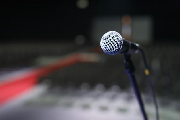 Microfono sopra la sfocata sala conferenze o seminari
