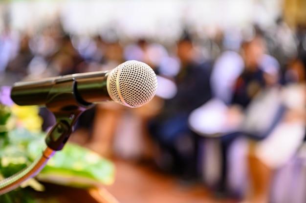 Microfono sopra il forum aziendale sfocato