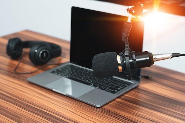 Microfono in home studio per contenuti online o live streaming