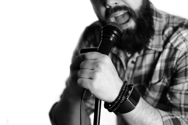 Mano dell'uomo isolata microfono