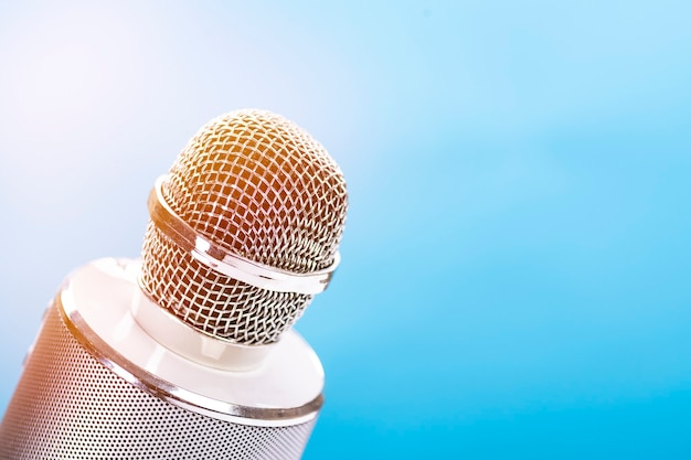 Microfono per karaoke con altoparlante sulla superficie blu